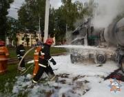 В Новополоцке грузовик с газовой цистерной врезался в дерево и загорелся