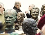 Портрет на фоне скульптур. В Художественном музее Витебска открылась выставка Александра Гвоздикова