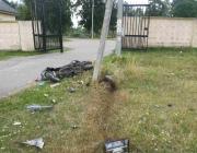 На окраине Витебска пьяный скутерист въехал в бетонную опору возле кладбища