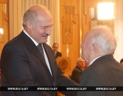 Лукашенко поздравил народного художника Беларуси Виктора Громыко с юбилеем