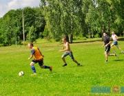 На Шумилинщине дети и взрослые соревнуются в стритболе, хотьбе на ходулях и метании бревен