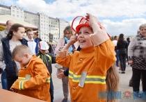 Забег в ползунках, парад колясок и «стрельба» из пожарного рукава. Праздник детства устроили в Витебске (+ФОТО)