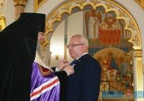 Архиепископ Димитрий вручил юбилейную медаль председателю областного Совета депутатов на Рождество