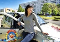 Витебчанка Елена Ковалёва легко управляет даже фурой с прицепом, да еще и в автошколе новичков учит
