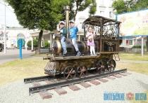 Скульптура паровоза и старинные трамваи на въезде в город украсили Витебск