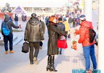 «Продаем, чтобы выжить». В центре Витебска неслышащие люди торгуют флажками