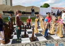 В Глубоком презентовали уличные шахматы высотой выше метра